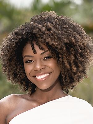 mulher negra linda sorrindo com cabelo black power