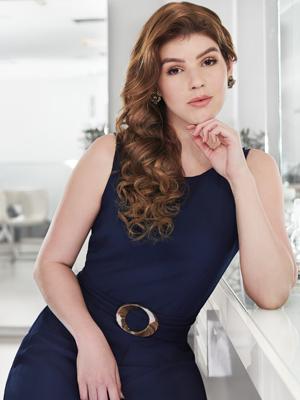 mulher com os cabelos liso longos e ruivos debruçada na penteadeira
