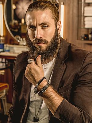 homem de terno alisando a própria barba